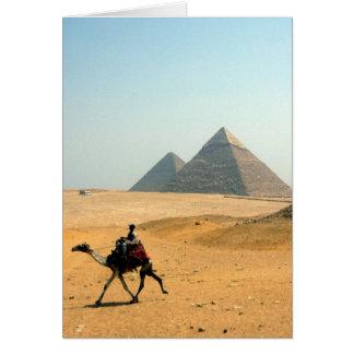 pirámides del desierto del camello tarjeta de felicitación