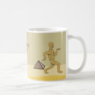 Pirámides egipcias de la momia del dibujo animado  taza básica blanca