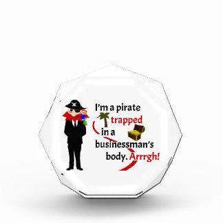 Pirata atrapado en el cuerpo de un hombre de negoc
