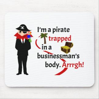 Pirata atrapado en el cuerpo de un hombre de negoc alfombrillas de ratón