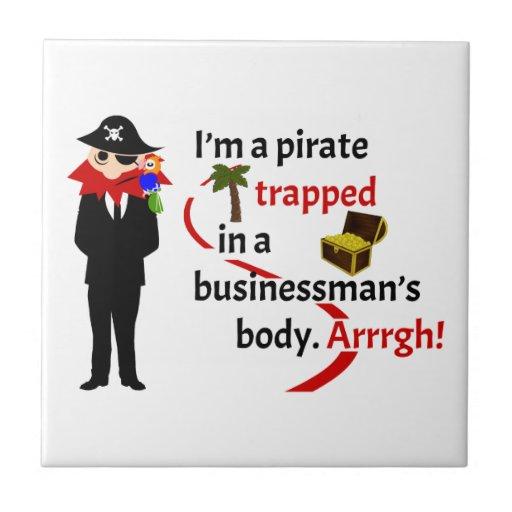Pirata atrapado en el cuerpo de un hombre de negoc azulejo cuadrado pequeño