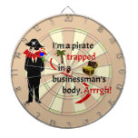 Pirata atrapado en el cuerpo de un hombre de negoc tabla dardos