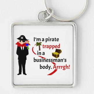 Pirata atrapado en el cuerpo de un hombre de negoc llavero cuadrado plateado