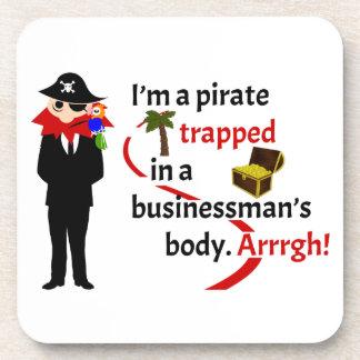 Pirata atrapado en el cuerpo de un hombre de negoc posavasos
