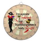 Pirata atrapado en el cuerpo de una empresaria tablero dardos