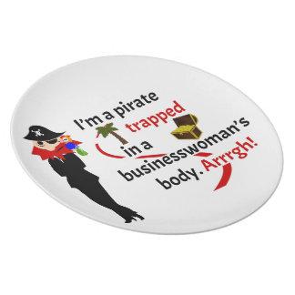Pirata atrapado en el cuerpo de una empresaria platos