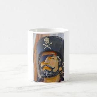 Pirata con la taza del remiendo de la barba y del