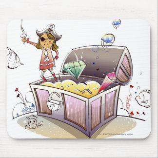 Pirata de sexo femenino que se coloca en un cofre mouse pads