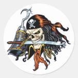 Pirata del cráneo con la espada y el gancho por el etiqueta redonda
