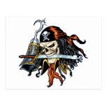 Pirata del cráneo con la espada y el gancho por el tarjeta postal