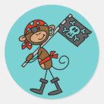 Pirata del mono con las camisetas y los regalos de etiquetas redondas