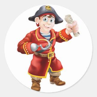 Pirata que sostiene un mapa del tesoro pegatina redonda
