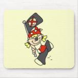 Pirata rubio con las camisetas y los regalos de la alfombrilla de ratón
