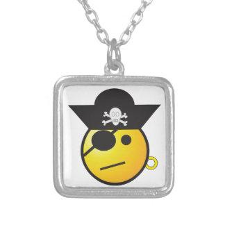 Pirata sonriente amarillo de la cara con el gorra, collar personalizado