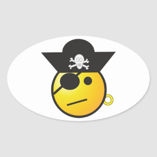 Pirata sonriente amarillo de la cara con el gorra, pegatina ovalada