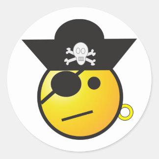 Pirata sonriente amarillo de la cara con el gorra, pegatina redonda
