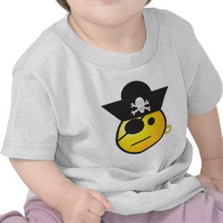 Pirata sonriente amarillo de la cara con el gorra, camiseta