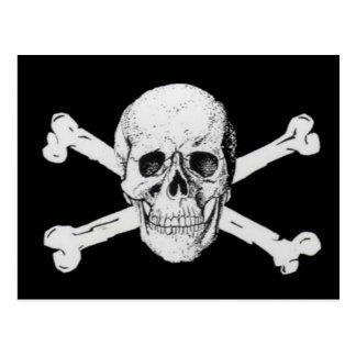 Piratas cráneo negro y bandera pirata postal