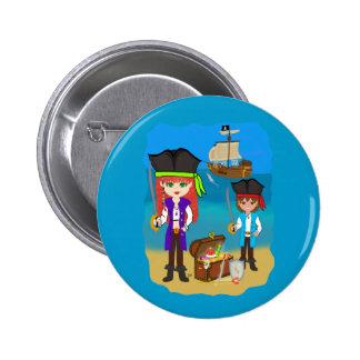 Piratas del chica y del muchacho con la nave en el pin redondo de 2 pulgadas