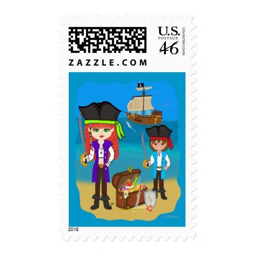 Piratas del chica y del muchacho con la nave en envio