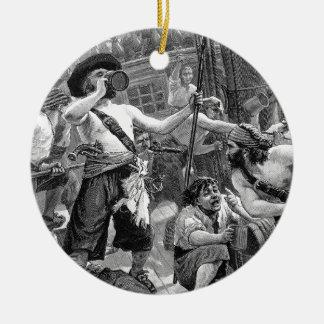 Piratas del vintage que beben y que luchan en la adorno redondo de cerámica