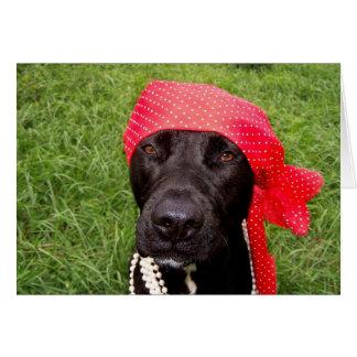 Piratee el perro, laboratorio negro, hierba verde tarjeta de felicitación