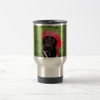 Piratee el perro, laboratorio negro, hierba verde taza de viaje