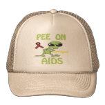 Pis en el gorra de las ayudas