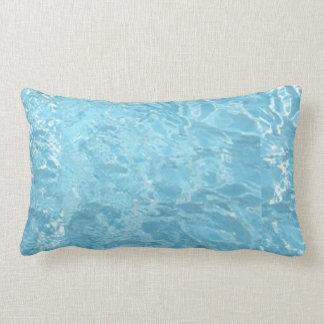 Piscina blanca azul de la luz del sol del verano d cojines
