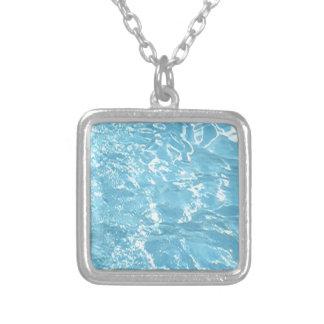 Piscina blanca azul de la luz del sol del verano d collares personalizados
