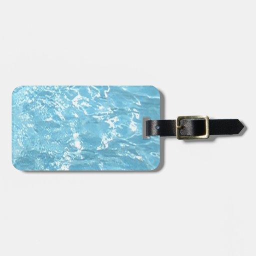 Piscina blanca azul de la luz del sol del verano d etiqueta para equipaje
