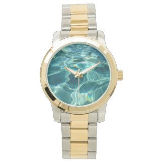Piscina chispeante del agua azul relojes de mano