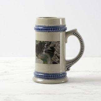 Piscina de conexión en cascada del verde de las ca tazas de café