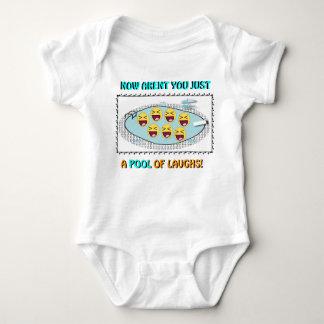 Piscina de la camiseta de las risas mameluco de bebé