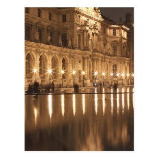 Piscina de reflejo en el Louvre, París, Francia Postal