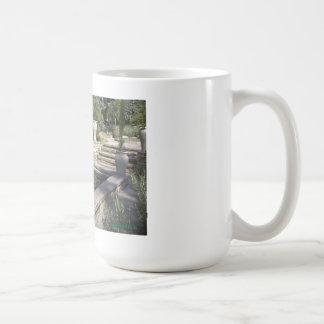 Piscina de reflejo en un jardín taza de café