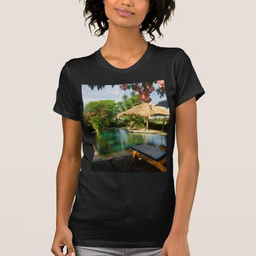 Piscina en un centro turístico tropical camisas