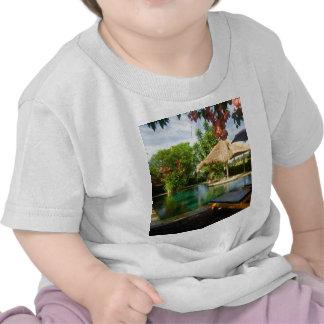 Piscina en un centro turístico tropical camiseta