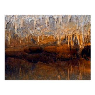 Piscina subterráneo límpida de la cueva postal