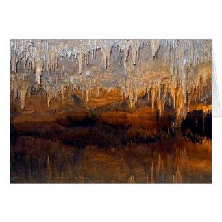 Piscina subterráneo límpida de la cueva tarjetón