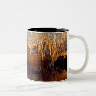 Piscina subterráneo límpida de la cueva taza de dos tonos