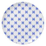 Piscis modelan el azul plato