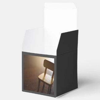 Piso temático, una silla de madera guardada en un cajas para detalles de boda
