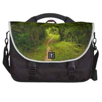 Pista de senderismo a través de las maderas bolsas para portatil