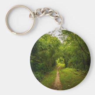 Pista de senderismo a través de las maderas llavero redondo tipo chapa