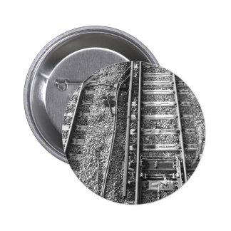 Pistas de ferrocarril, cuadro blanco y negro pin redondo de 2 pulgadas