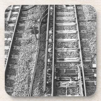 Pistas de ferrocarril, cuadro blanco y negro posavasos de bebida