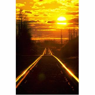 Pistas de ferrocarril en la puesta del sol, upstat fotoescultura vertical