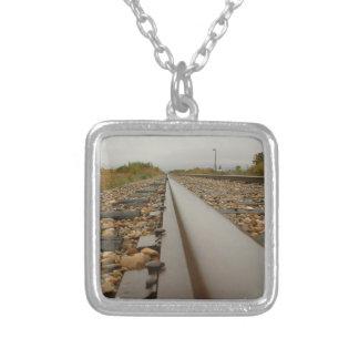 Pistas de ferrocarril en un día lluvioso pendiente personalizado
