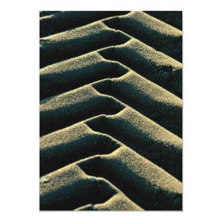 Pistas del neumático en la playa invitación 12,7 x 17,8 cm